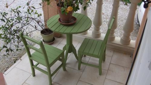 Millemiettes un salon de jardin tout vert for Petit meuble de jardin